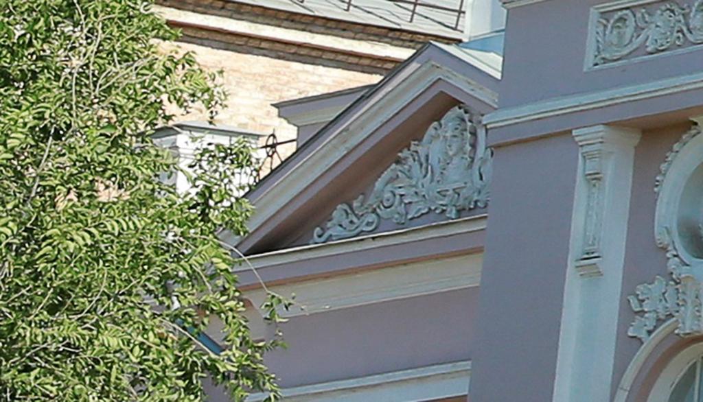 Лавровые ветви на фасаде усадьбы